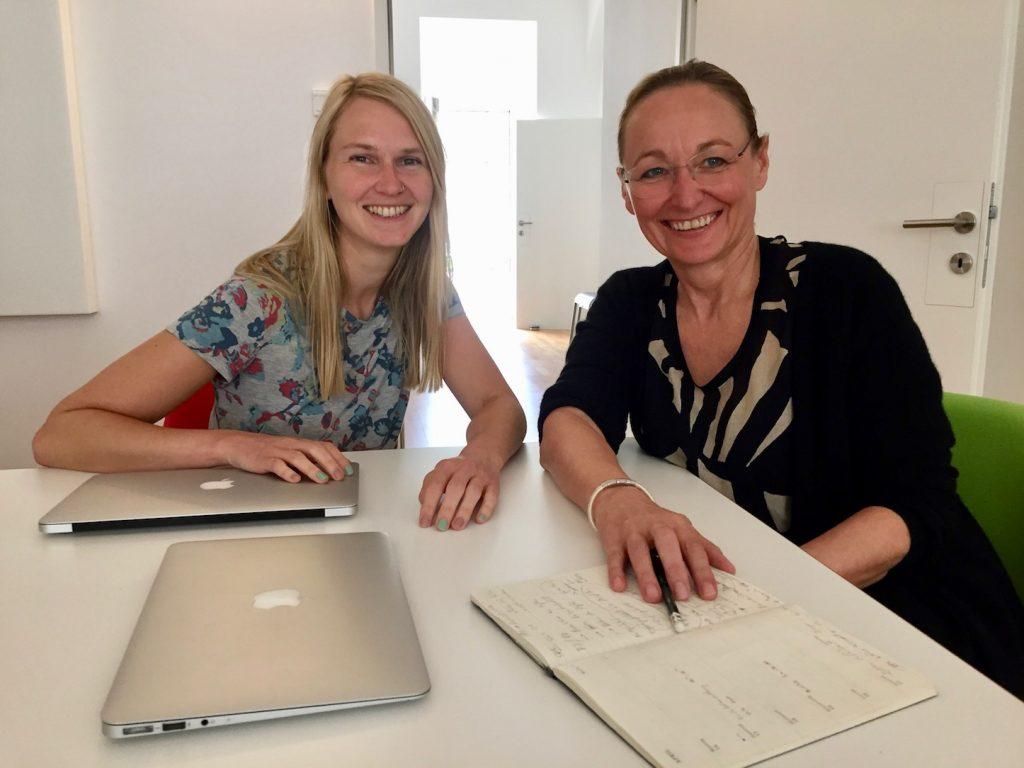 Angelika Fuerst und Renate Holubek im Buero